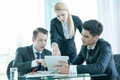 Sócios comerciais que discutem originais e ideias na reunião Imagem de Stock Royalty Free