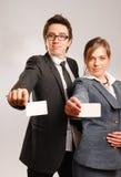 Sócios comerciais que prendem cartões em branco Fotos de Stock Royalty Free
