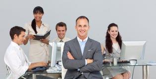 Sócios comerciais que trabalham com seu gerente Fotografia de Stock Royalty Free