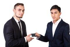 Sócios comerciais que trocam cartões Fotos de Stock Royalty Free