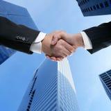 Sócios do homem de negócios que agitam as mãos com terno Imagem de Stock Royalty Free