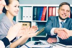 Sócios feitos negócio, selado com handclasp Aperto de mão masculino no escritório Conceito sério do negócio e da parceria fotografia de stock
