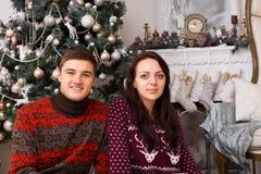 Sócios na parede de Front Christmas Tree e da chaminé Fotografia de Stock