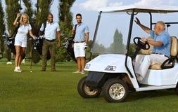 Sócios que encontram-se no campo de golfe imagens de stock royalty free