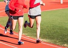 Sócios running que treinam em uma trilha Imagem de Stock