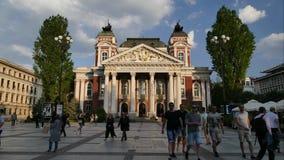 SÓFIA, BULGÁRIA - 27 DE ABRIL DE 2018: Ivan Vazov National Theatre no centro da cidade de Sófia, Bulgária Vídeo do lapso de tempo vídeos de arquivo