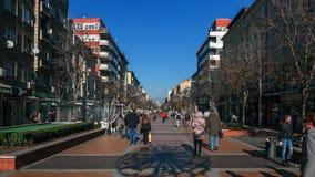 SÓFIA, BULGÁRIA - 20 DE DEZEMBRO DE 2016: Povos de passeio no bulevar de Vitosha na cidade de Sófia Fotos de Stock Royalty Free
