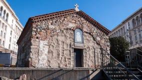 SÓFIA, BULGÁRIA - 20 DE DEZEMBRO DE 2016: Vista surpreendente da igreja do St Petka em Sófia Fotografia de Stock Royalty Free