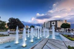 SÓFIA, BULGÁRIA - 3 DE JULHO DE 2016: Opinião do por do sol do palácio nacional da cultura em Sófia Imagens de Stock