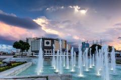 SÓFIA, BULGÁRIA - 3 DE JULHO DE 2016: Opinião do por do sol do palácio nacional da cultura em Sófia Imagem de Stock