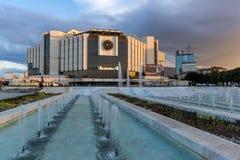 SÓFIA, BULGÁRIA - 3 DE JULHO DE 2016: Opinião do por do sol do palácio nacional da cultura em Sófia Imagens de Stock Royalty Free