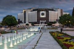 SÓFIA, BULGÁRIA - 3 DE JULHO DE 2016: Opinião do por do sol do palácio nacional da cultura em Sófia Foto de Stock