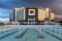 SÓFIA, BULGÁRIA - 3 DE JULHO DE 2016: Opinião do por do sol do palácio nacional da cultura em Sófia Fotografia de Stock Royalty Free