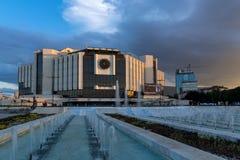 SÓFIA, BULGÁRIA - 3 DE JULHO DE 2016: Opinião do por do sol do palácio nacional da cultura em Sófia Fotos de Stock Royalty Free
