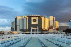 SÓFIA, BULGÁRIA - 3 DE JULHO DE 2016: Opinião do por do sol do palácio nacional da cultura em Sófia Fotografia de Stock