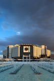 SÓFIA, BULGÁRIA - 3 DE JULHO DE 2016: Por do sol surpreendente sobre o palácio nacional da cultura em Sófia Foto de Stock Royalty Free