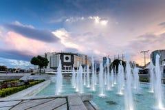 SÓFIA, BULGÁRIA - 3 DE JULHO DE 2016: Por do sol surpreendente sobre o palácio nacional da cultura em Sófia Fotos de Stock