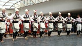 SÓFIA, BULGÁRIA - 7 DE MAIO DE 2018: Os povos em trajes tradicionais dançam o horo búlgaro em Sófia, Bulgária Desempenho livre