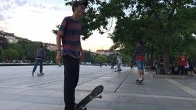 SÓFIA, BULGÁRIA - 9 DE MAIO DE 2018: Skateres e bicicletas novos do bmx Esportes praticando dos jovens na cidade Esportes urbanos vídeos de arquivo