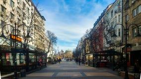 Sófia, Bulgária - 11 de março de 2019: Rua de passeio pedestre de Sófia em um dia ensolarado fotos de stock royalty free