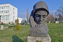 Sófia/Bulgária - em novembro de 2017: E você fala através de minha estátua do coração por Nikolay Shmirgela no museu de artes soc foto de stock