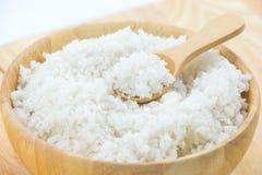 Sól w drewnianym pucharze obraz stock