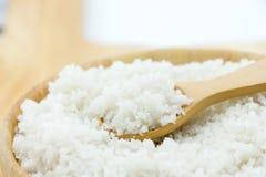 Sól w drewnianym pucharze zdjęcia royalty free