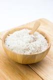 Sól w drewnianym pucharze fotografia royalty free