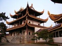 Sótão chinês pelas árvores (horizontais) imagem de stock royalty free