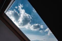 sótão Vista do indicador Vista do céu da janela skylight Luz na casa foto de stock royalty free