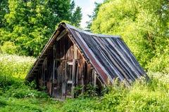 Sótano de madera bajo en el pueblo imagen de archivo libre de regalías