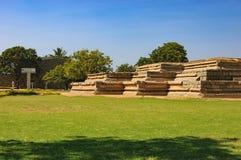 Sótano del palacio del ` s de la reina en Hampi, la India Foto de archivo