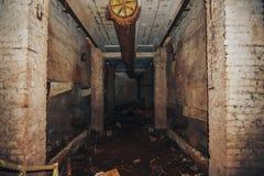 Sótano en el edificio o la fábrica abandonado viejo de la producción Imágenes de archivo libres de regalías