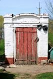 Sótano viejo del vintage con la puerta pintada rojo Imagen de archivo