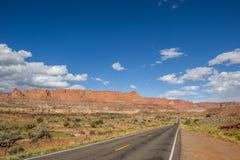 Söder för huvudväg 12 av Torrey och Kapitolium revar i Utah Arkivfoton