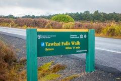 SÖDRA Ö, NYA ZEELAND - MAJ 19, 2017: Ett informativt trätecken av Tawhai faller i den Tongariro nationalparken, på Royaltyfri Bild