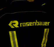 Södra - afrikansk brandman i Rosenbauer bunkerkugghjul Fotografering för Bildbyråer