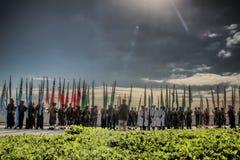 Södra - afrikansk krigsmakt marscherar i bildande, bärande flaggor Arkivbilder