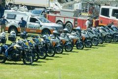 Södra - afrikanska mopeder för trafikpolisen i rad Royaltyfri Foto