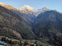 Södra Annapurna, hisnande sikt från Kalpana arkivbilder