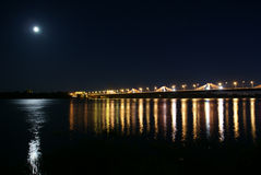 Södra bro i Riga på natten.  Arkivfoton