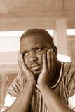 Södra - deprimerad afrikansk man Arkivfoto