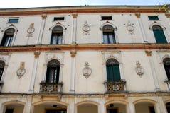 Södra fasad av en historisk byggnad in via Prosdocimi i Padua i Venetoen (Italien) Arkivbild