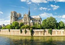 Södra fasad av Notre-Dame de Paris från Seine Royaltyfri Bild