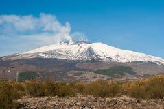 Södra flank av vulkan Etna som täckas av snö under vintern arkivfoto