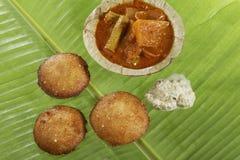 Södra indisk snabbmat stekte overksamt med kokosnötchutney fotografering för bildbyråer