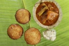 Södra indisk snabbmat stekte overksamt med kokosnötchutney arkivbild