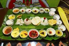 Södra indisk thali eller mål som tjänas som traditionellt på ett bananblad Kerala arkivfoto