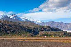 Södra isländsk berglandscapemed glaciären Arkivbilder