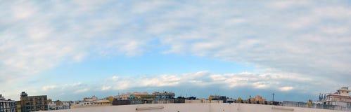 Södra Jeddah panorama- himmel med moln över horisonten Arkivbild